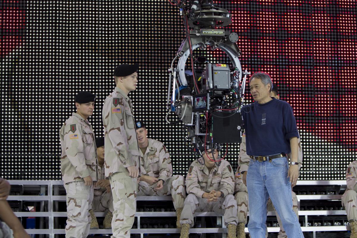 《比利林恩》一場美國大兵足球場授勳的高潮戲,花了李安四天才搞定。双喜提供