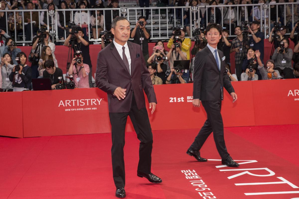 日本影帝渡邊謙(左)出席釜山影展開幕式。