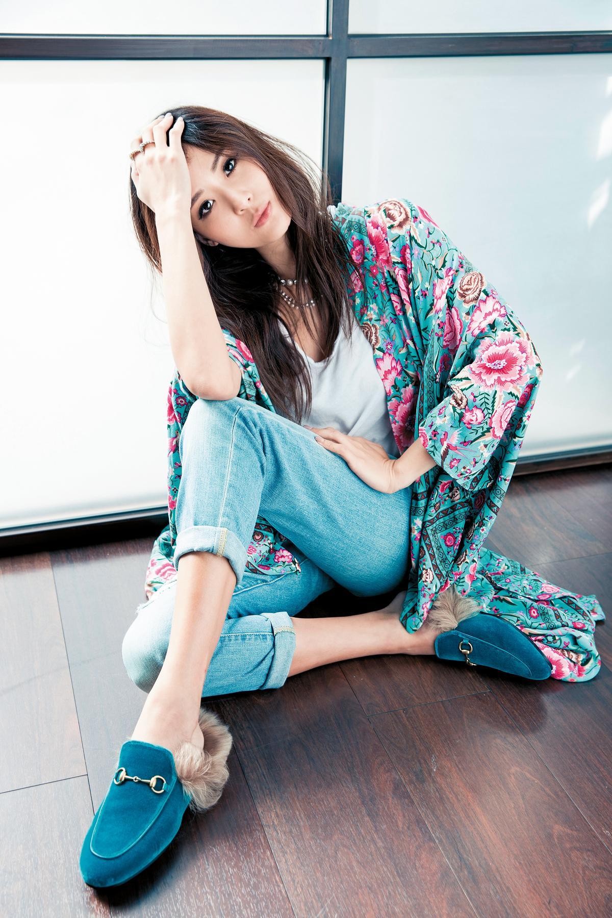 上衣:JAMES PERSE白色T-Shirt 約NT$2,700。 下身:FRAME丹寧褲 約NT$8,000。 罩衫:SPELL的Kimono 約NT$5,000。 鞋子:GUCCI毛拖鞋 約NT$20,000。