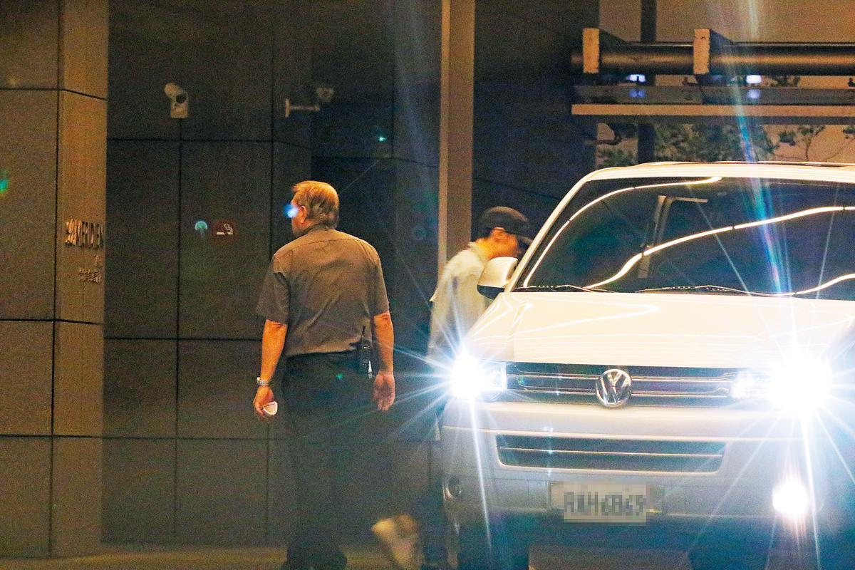 保母車載著楊丞琳直奔寒舍艾美,只見男友李榮浩低調快步上車,接著兩人直奔木柵楊丞琳住處。