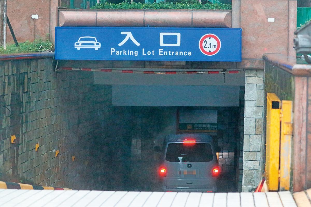 本刊7日直擊楊丞琳的保母車從住處出發,直奔電台錄節目。