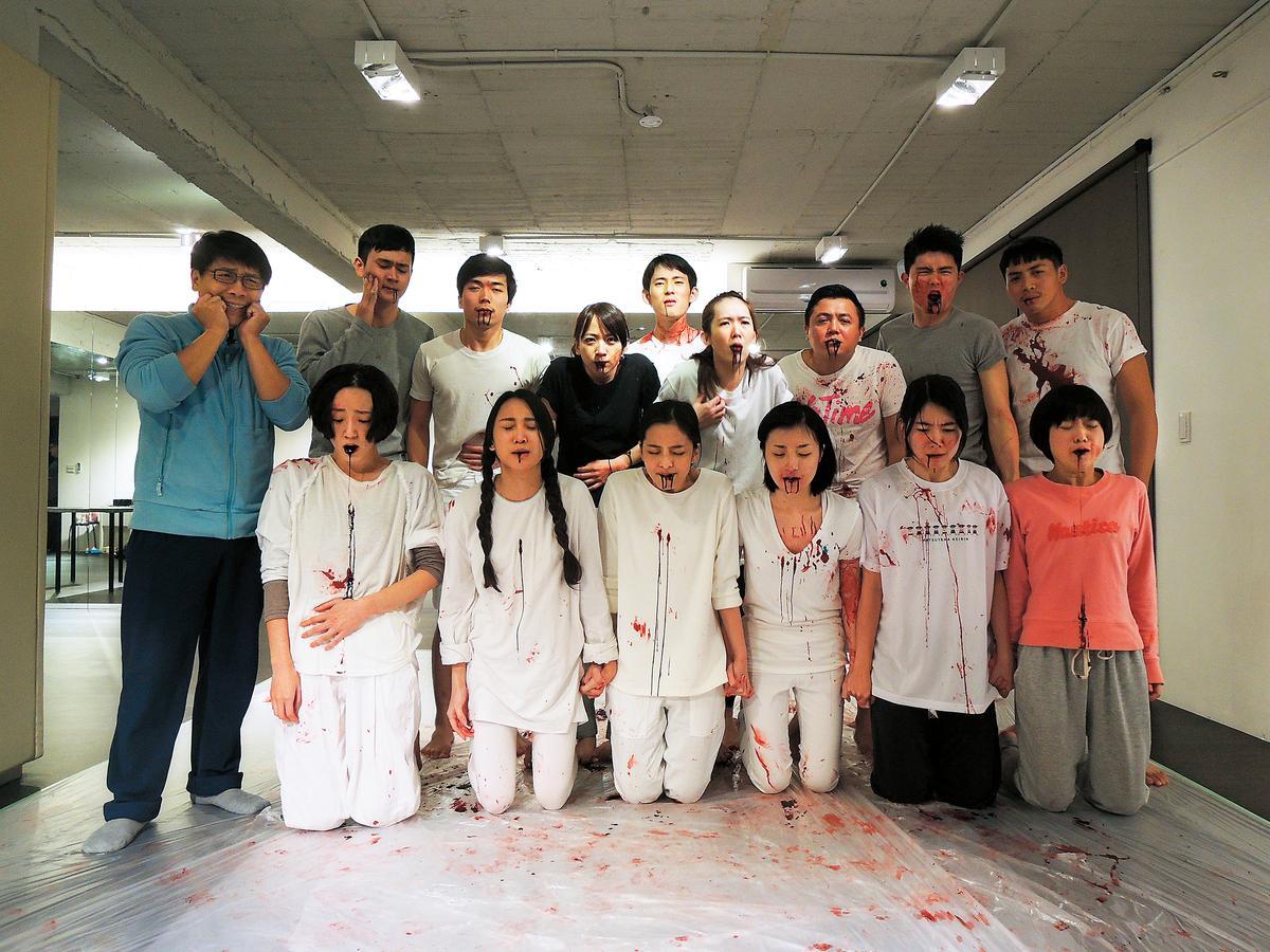 許傑輝(左一)上的吐血課,教學員們利用觀察力融入表演。(好風光提供)