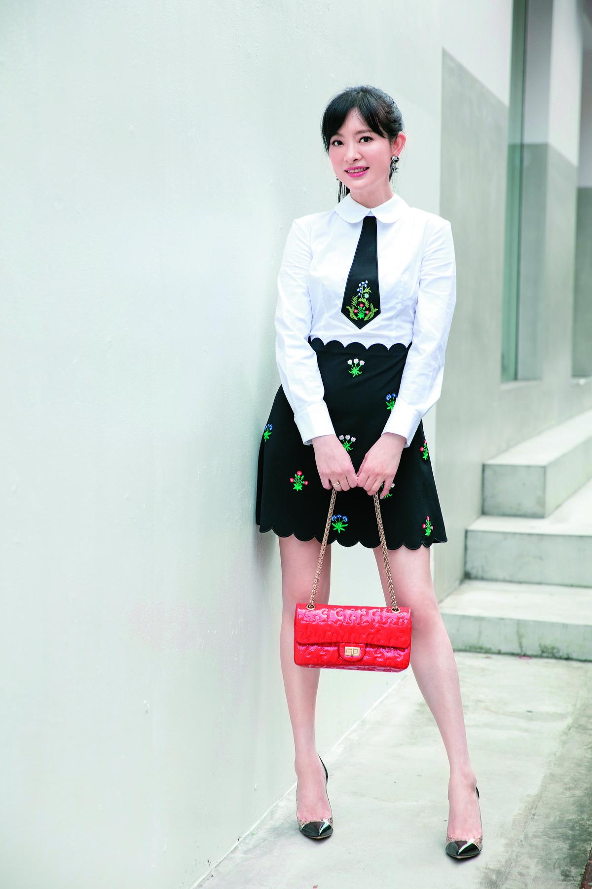 【Thursday-賣萌學生妹】全身行頭 NT$150,000。洋裝:VIVETTA白衣黑裙洋裝-約NT$28,000/耳環:CHANEL愛心造型垂墜耳環-約NT$10,000/包款:CHANEL紅色鍊帶包-約NT$100,000/鞋子:Gianvito Rossi高跟鞋-約NT$12,000
