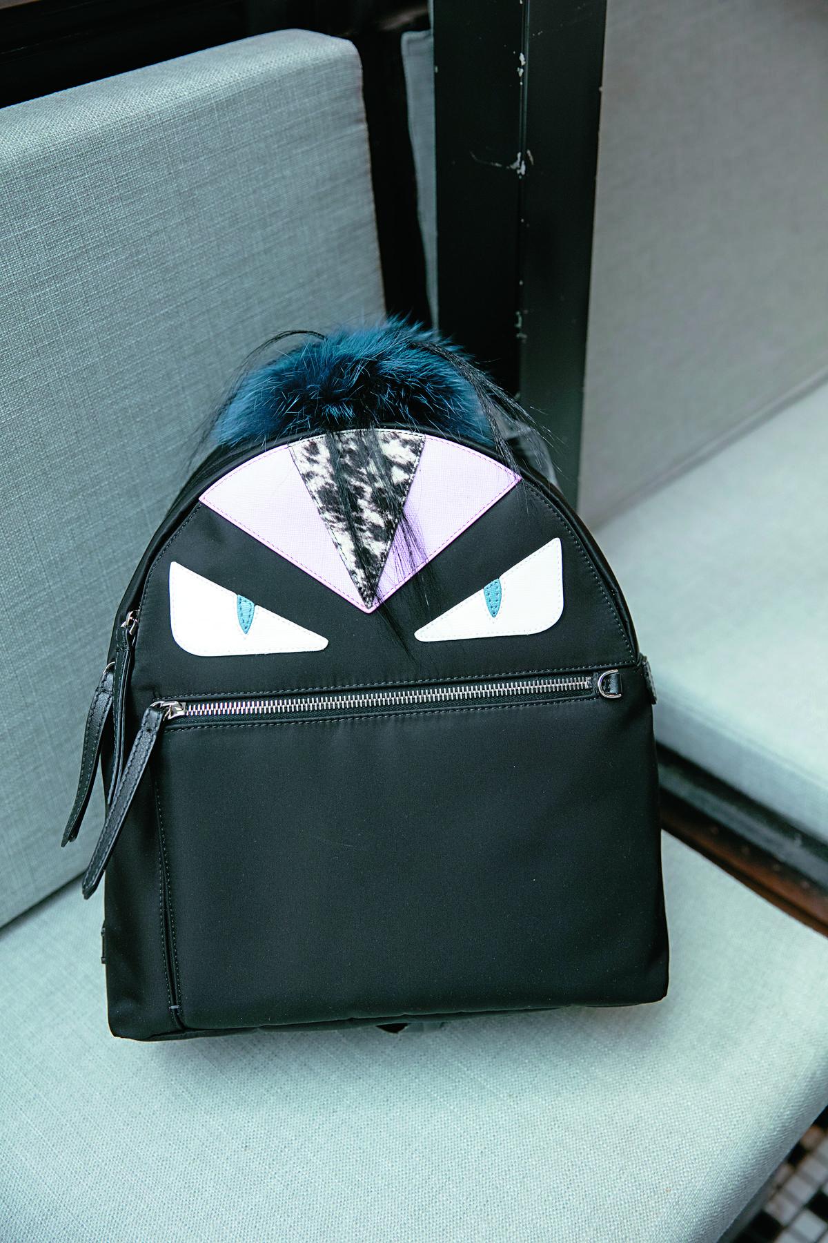 FENDI魔魔後背包-約NT$80,000(背在背上可以讓雙手空出來,才能抱寶寶。)