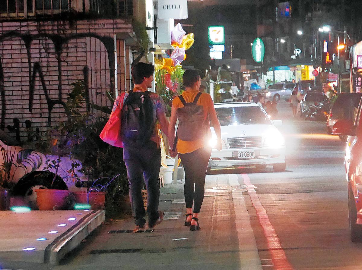 跟朋友吃完晚餐後,周厚安跟洋女友變得親暱,當街牽起了手來。