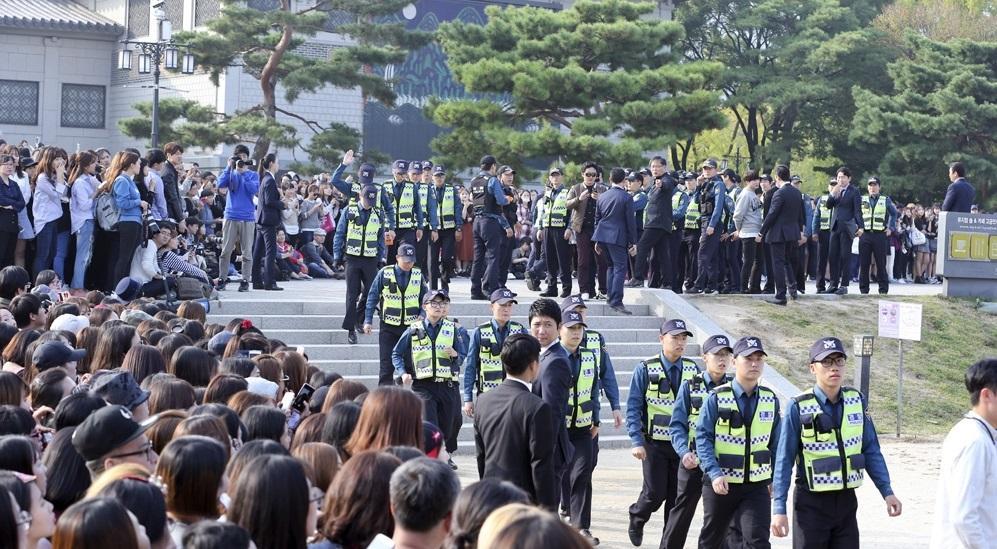 簽名會吸引逾5千人參加,首爾警方特別派出30多名警力維持現場秩序。(翻攝自網路)