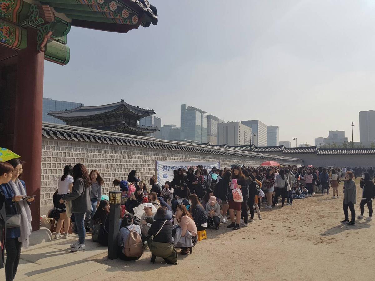 原限定200人的朴寶劍簽名會,排隊人龍從景福宮內廣場排至宮外。(粉絲提供)