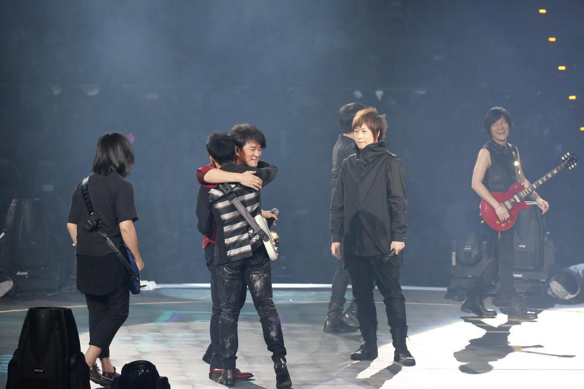 周華健苦練台語,與五月天合唱〈志明與春嬌〉,在台上惺惺相惜地擁抱。