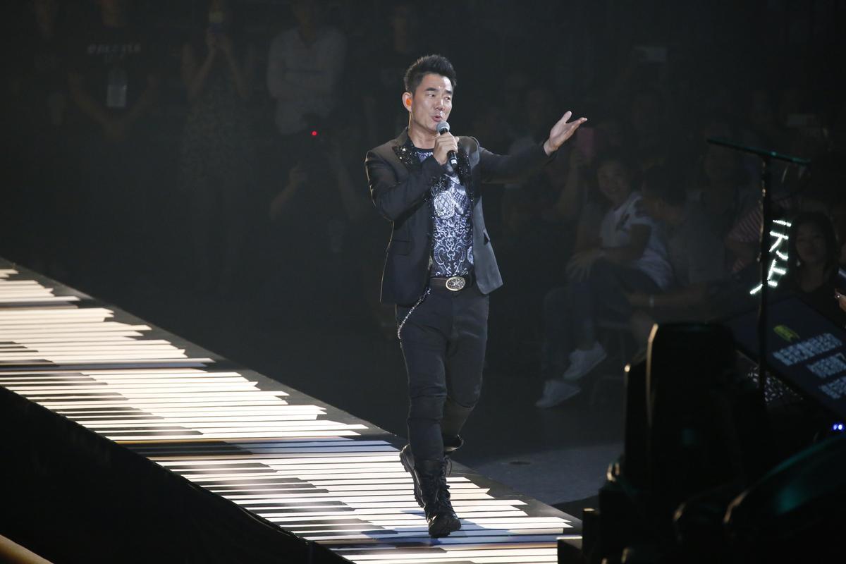 任賢齊擔任周華健特別來賓,與他合唱了〈傷心太平洋〉。