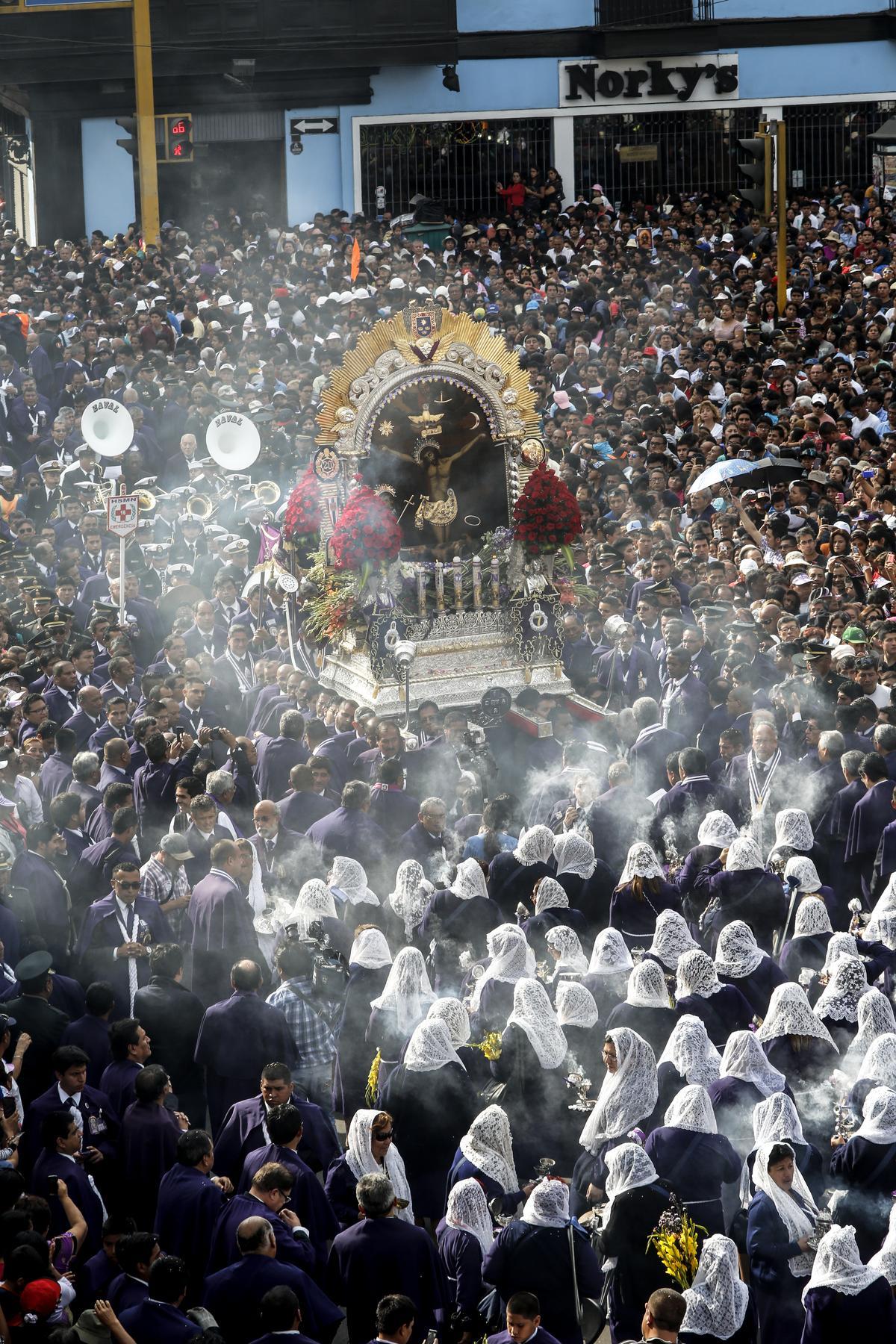 在神龕行進途中,隨行人員會焚燒香環。