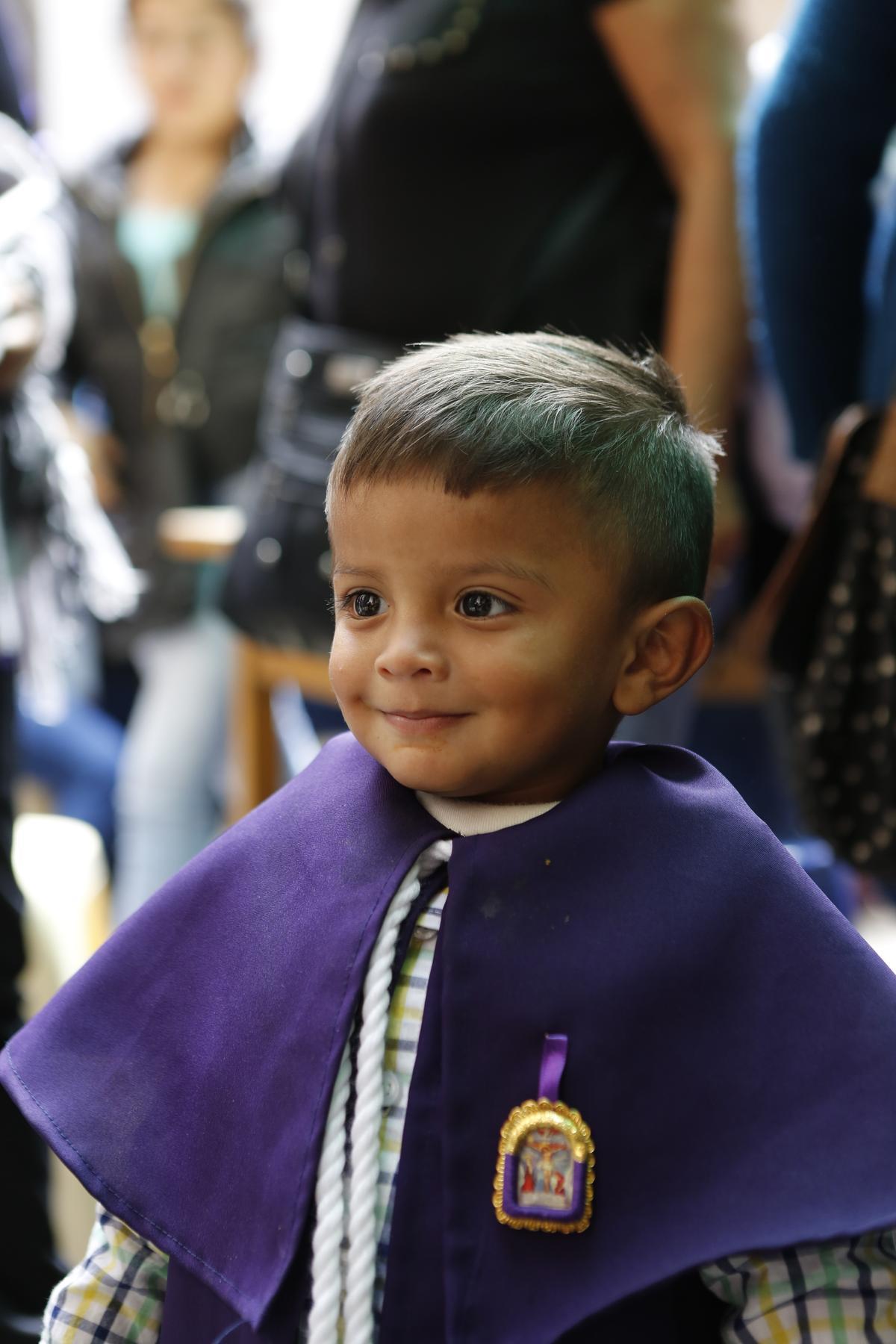 小朋友也穿上紫色罩袍。