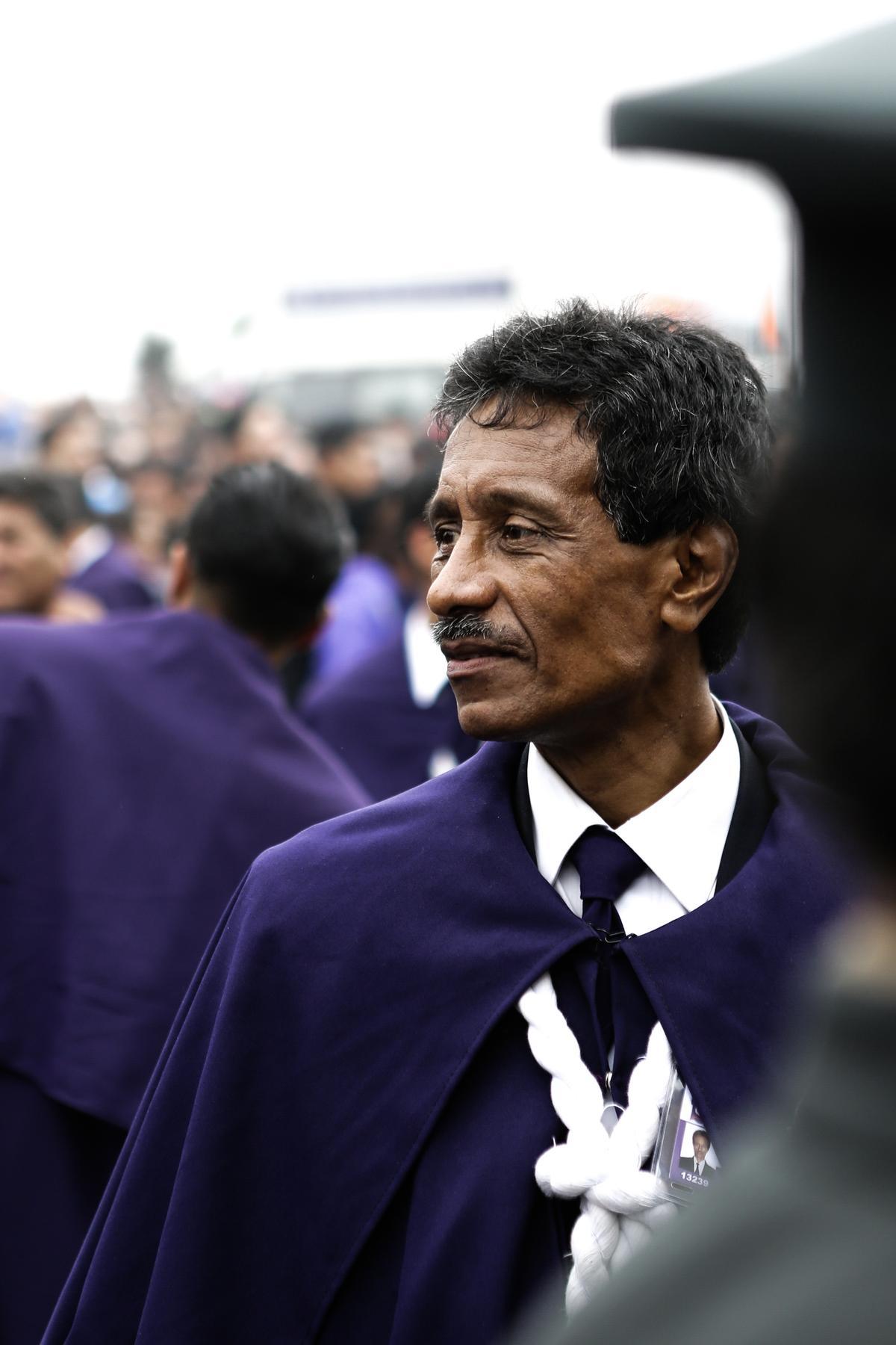 隨行人員必須身著紫色罩袍。