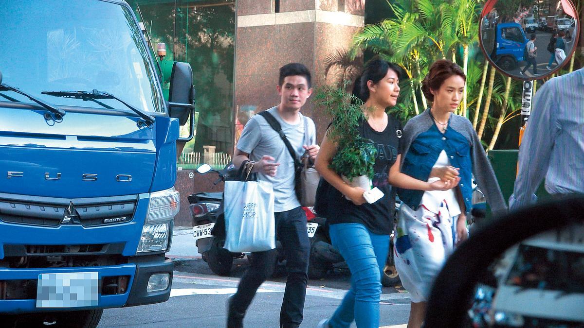 吳姍儒在結束活動後,由助理駕車回到爸爸開設的經紀公司。
