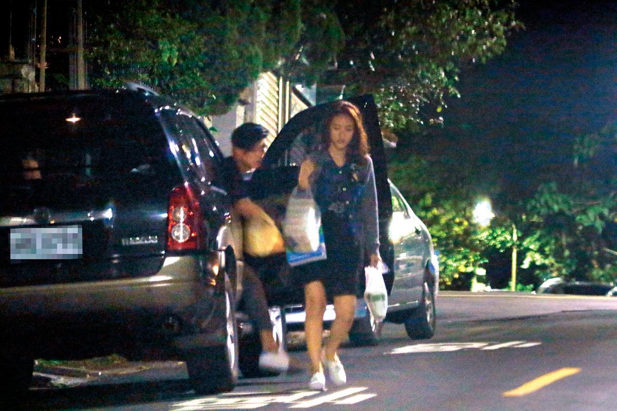 男生開車載了女生,一路開到台北文山區約會,採買好的晚餐有一大堆,男泡友貼心當司機兼挑伕,殷勤服侍吳姍儒。