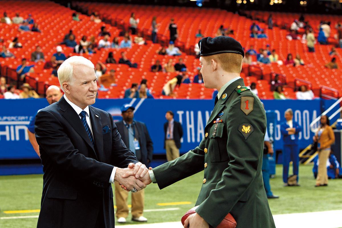 史提夫馬丁(左)在片中演出美式足球隊老闆,也是個市儈商人。(双喜提供)