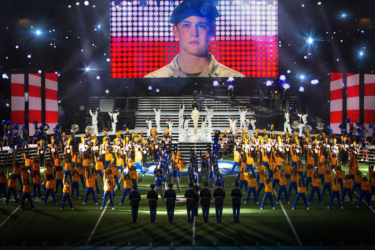 成為戰爭英雄的大兵比利‧林恩光榮從伊拉克返回美國,在超級盃足球賽的中場表演接受表揚,歌舞昇平的場景顯得相當虛華不實。(双喜提供)