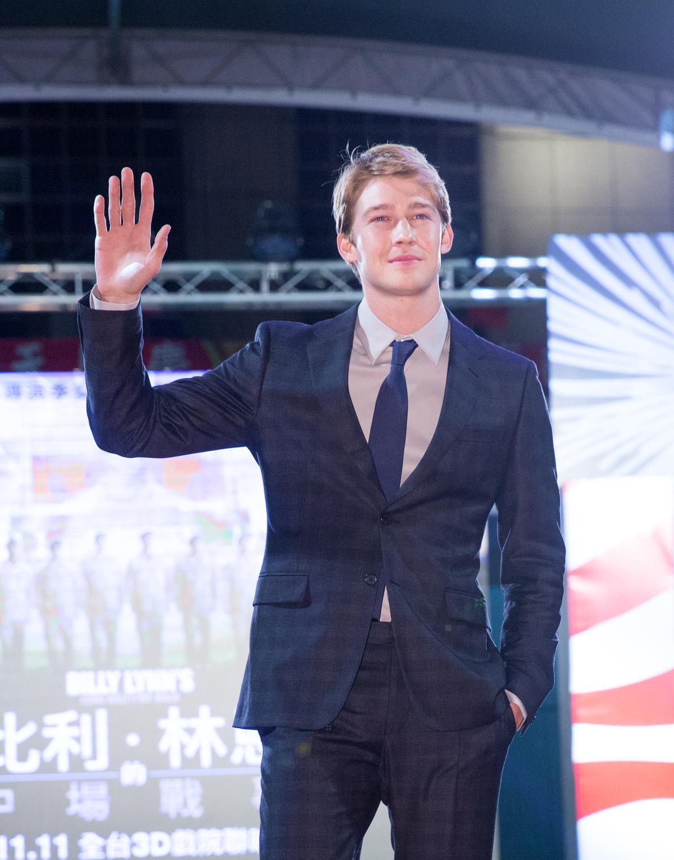 高大英挺的喬歐文現身台灣,立刻引來影迷歡迎。
