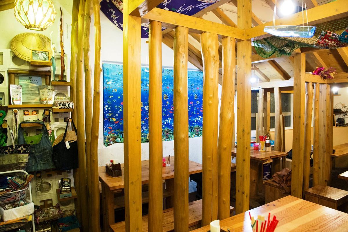 店內走沖繩式欄杆建築風,既有隔間功能,又保有空間流動感。