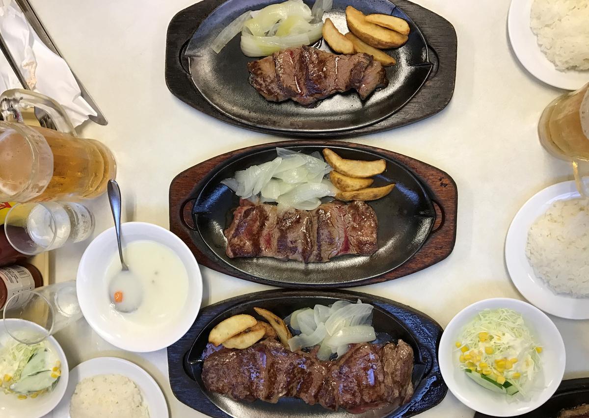 沙朗牛排,大中小排排站。(L號2,500日圓、M號2,300日圓、S號2,100日圓)