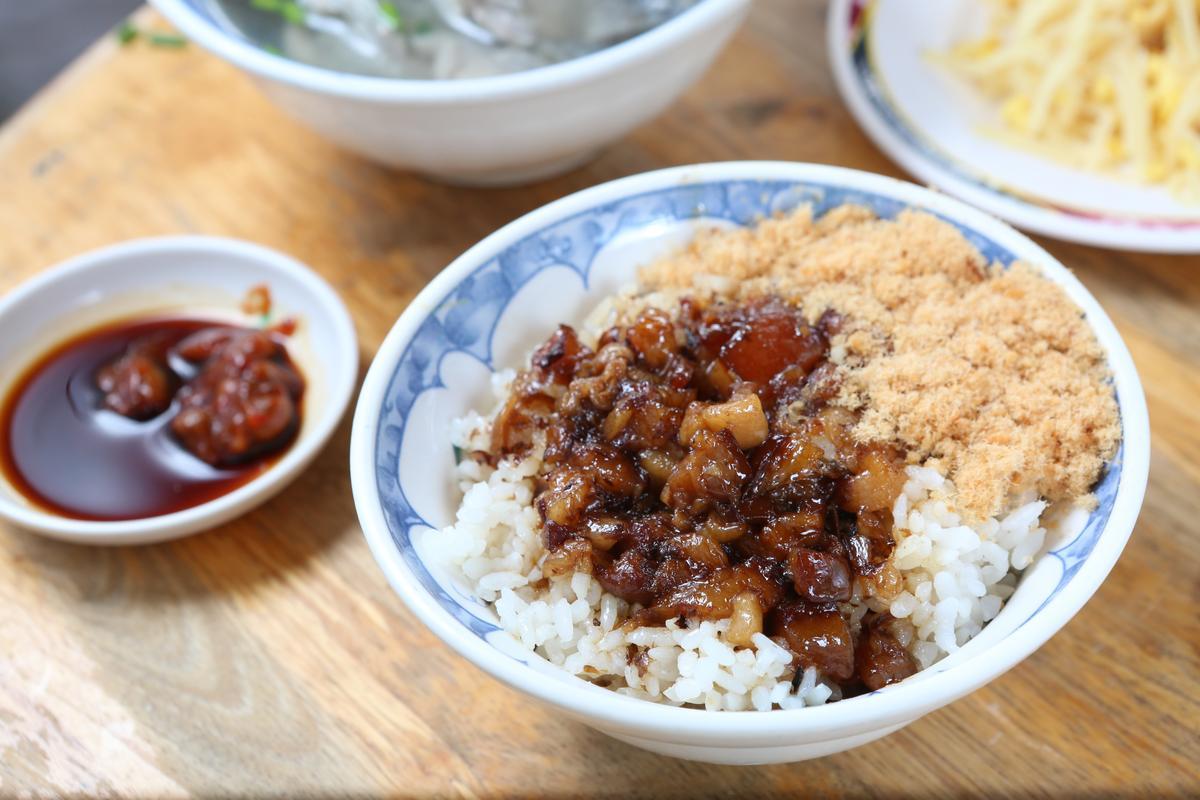 福生每日現炒肉臊香氣逼人,炒後要放甕裡熟成,再取出以炭火滷到軟嫰。