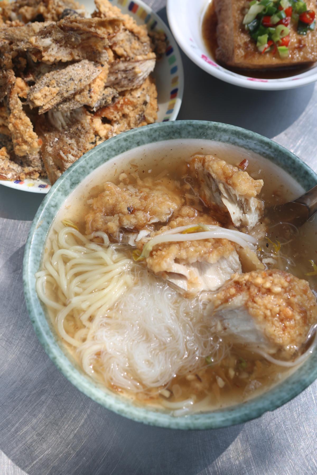 土魠魚焿(11月調價為90/大碗)湯汁清透香甜,魚肉厚實,還可指定一半米粉一半麵,一碗雙享受。隱藏版的炸土魠魚皮,但每日限量。