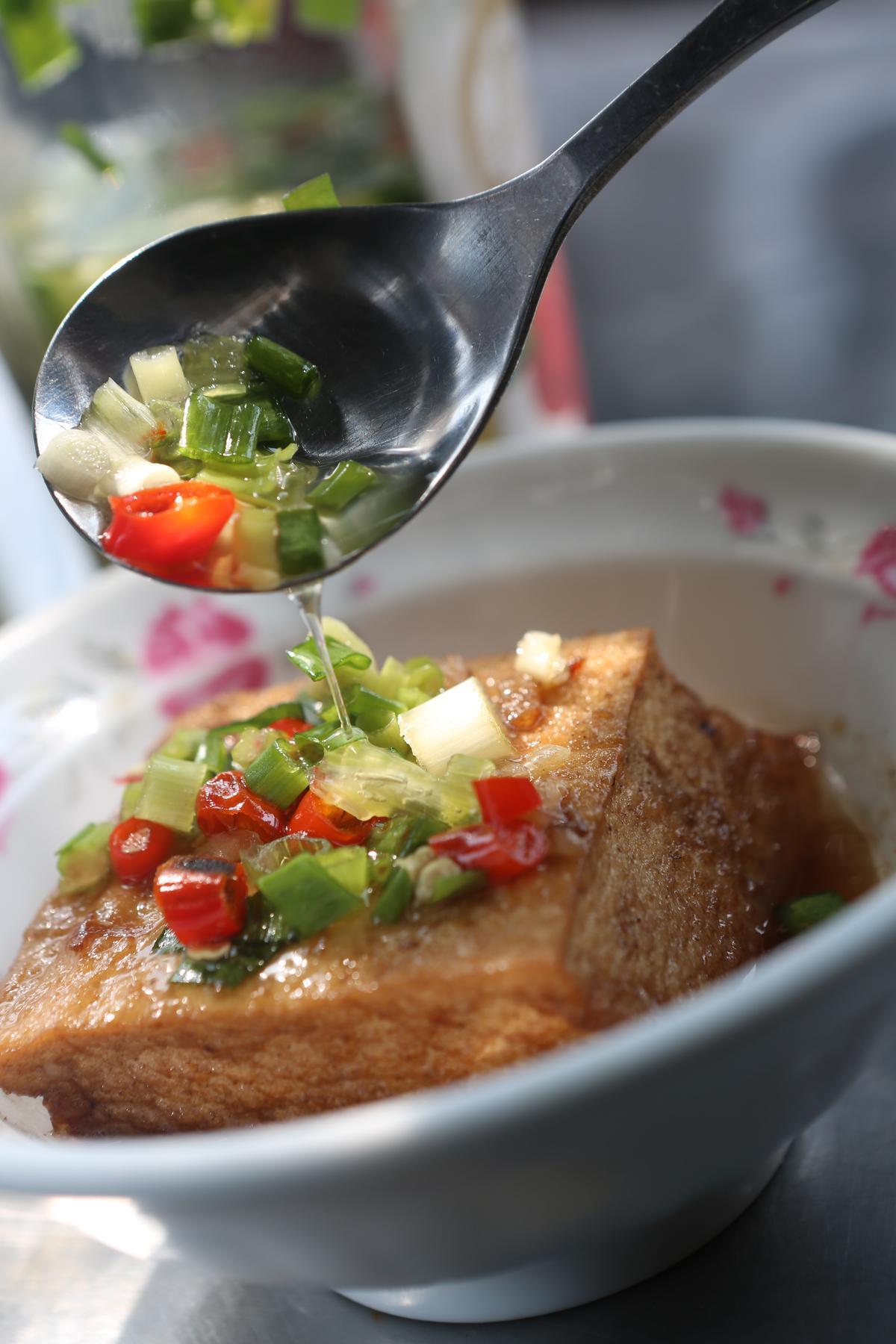 暖香的滷豆腐(12元/塊)淋上特製辣椒水,鮮爽微辣。