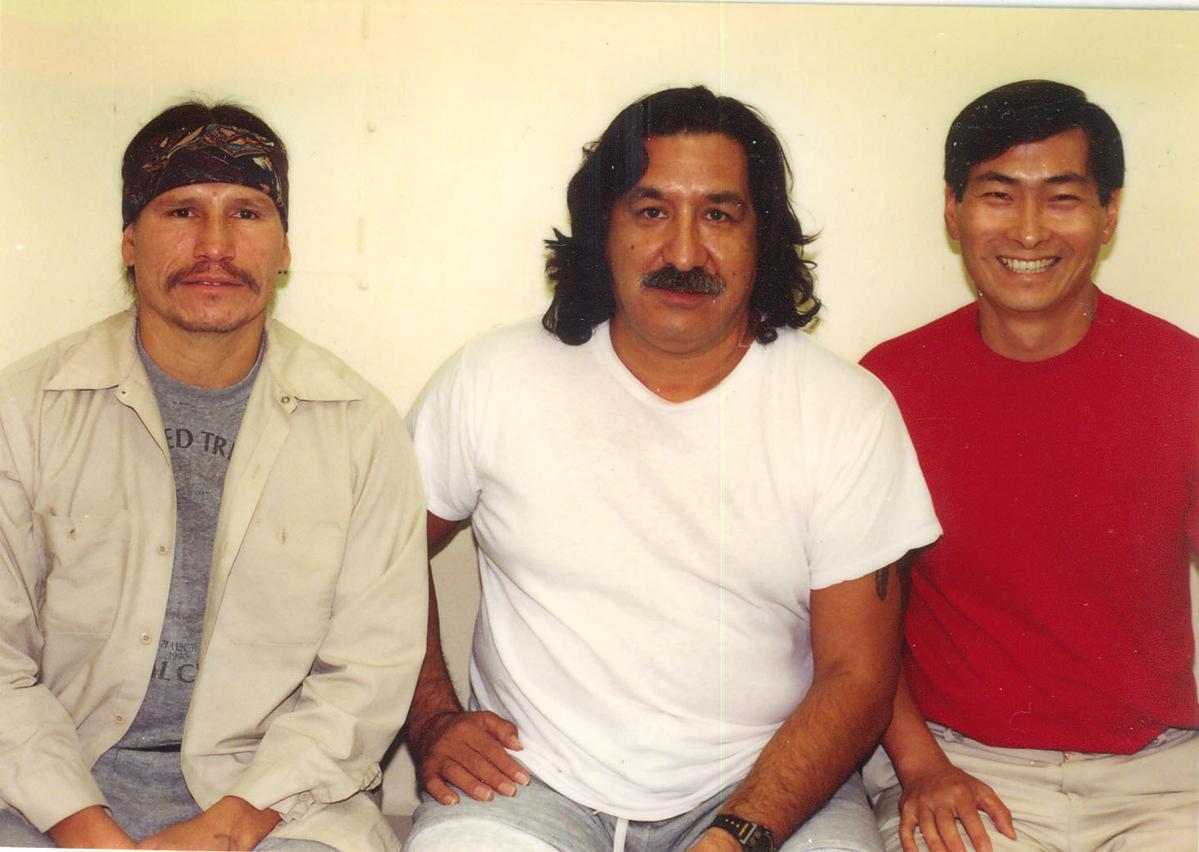 張安樂(右)與印地安復國運動領袖(中)合影。(張安樂提供)