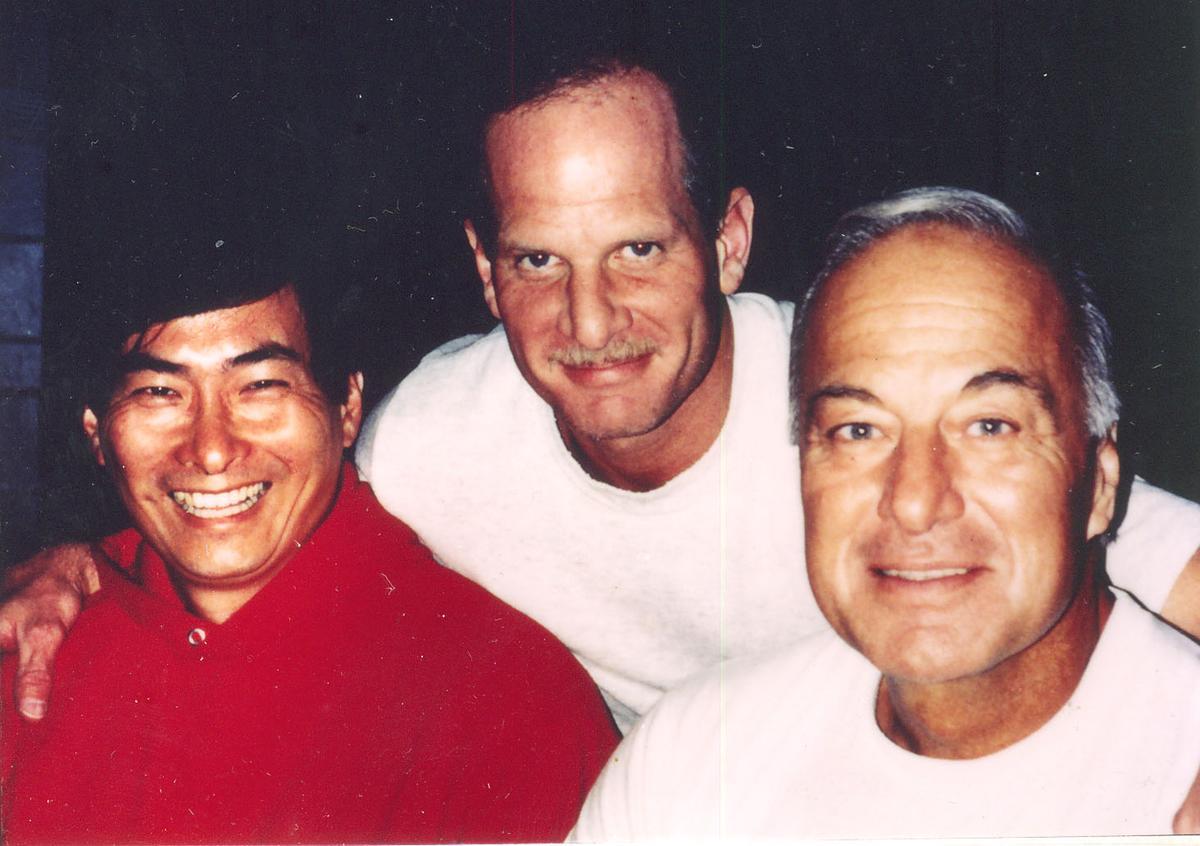 張安樂(左)與芝加哥義大利黑手黨黑幫成員合影。(張安樂提供)