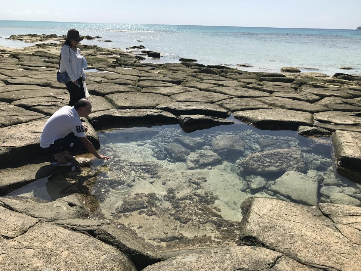 我自言自語說這不是露天風呂嗎,日本先生馬上伸手測了一下水溫。