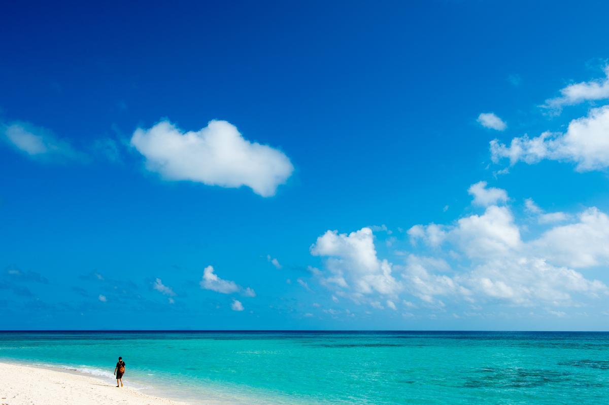 連當地人都說這天氣好得反常,海平無浪,呈現完美的「久米島藍」。