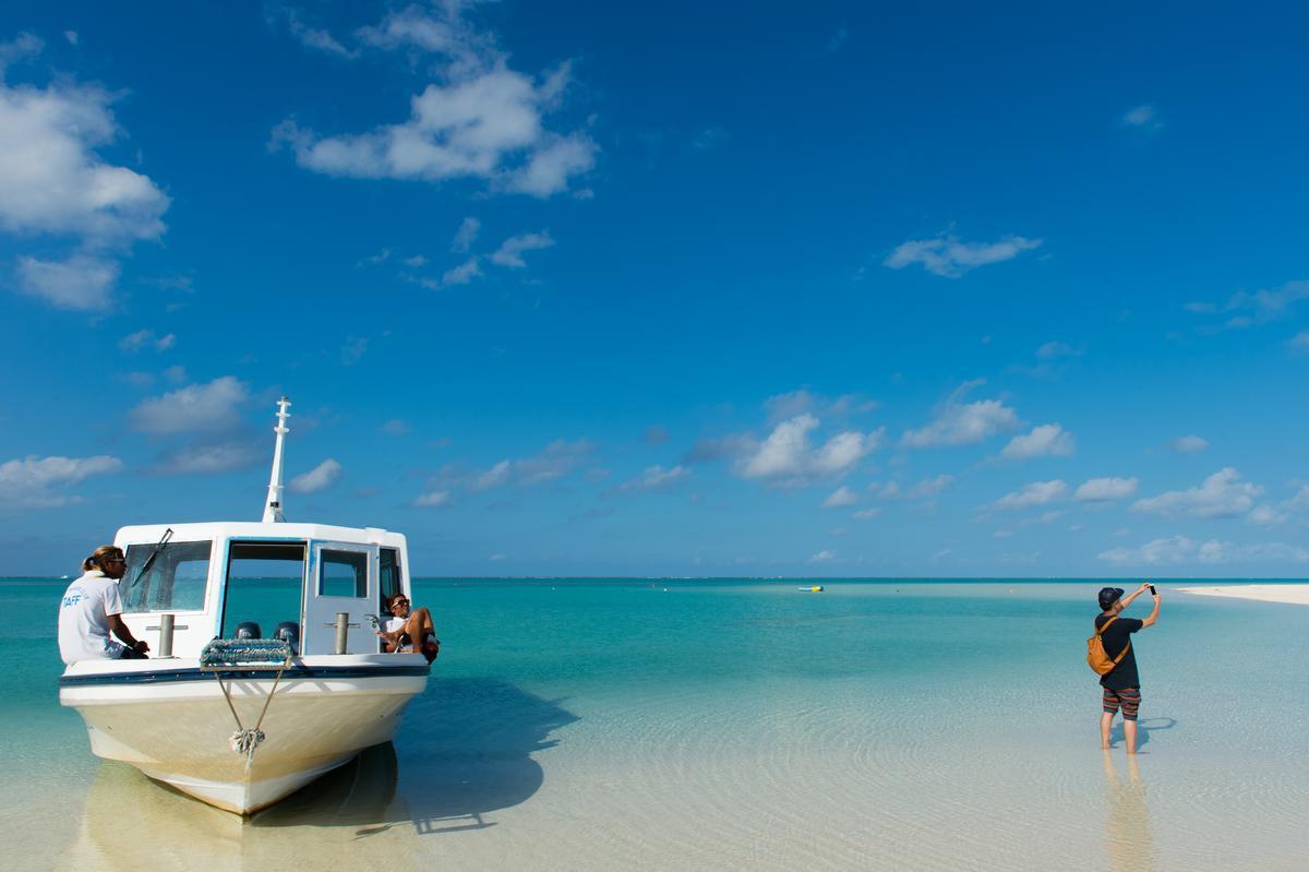 遊艇停泊在終端之濱,自然形成絕美風景。