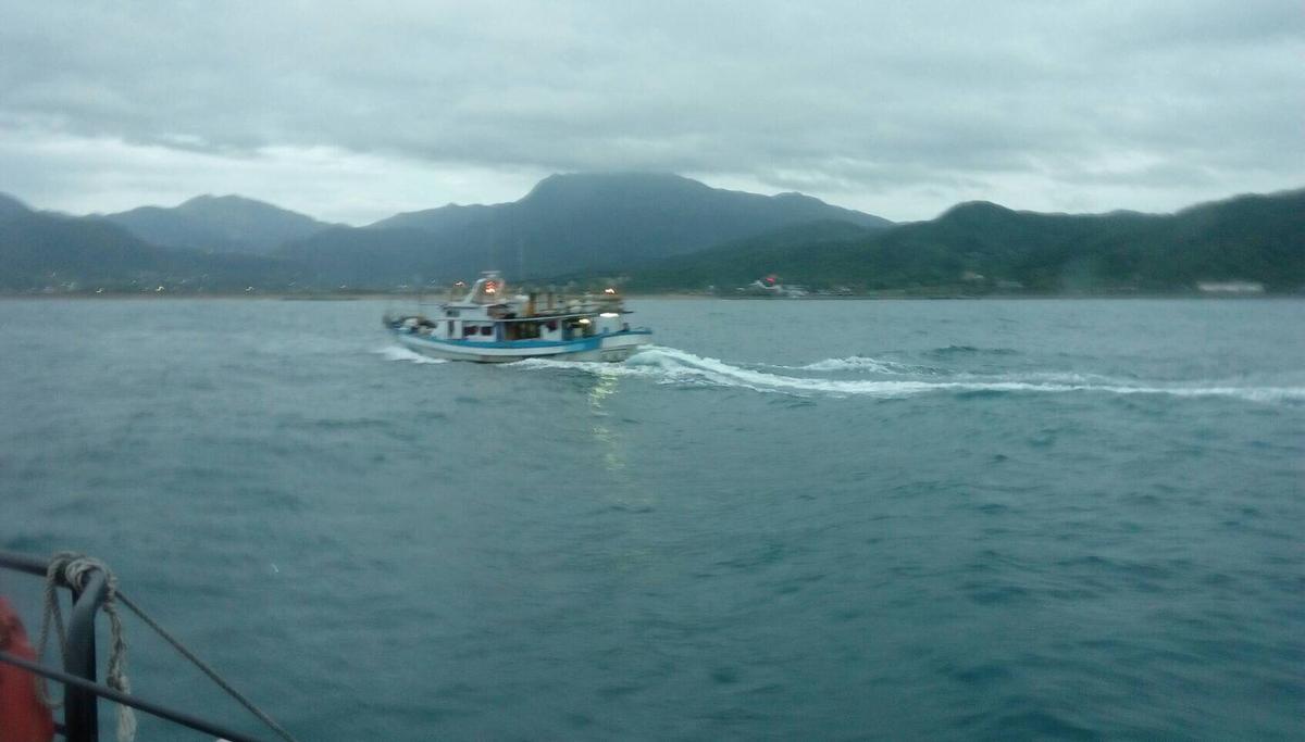 新福豐26號漁船救起6名落海人員,基隆海巡隊戒護進港。(圖:海巡隊提供)