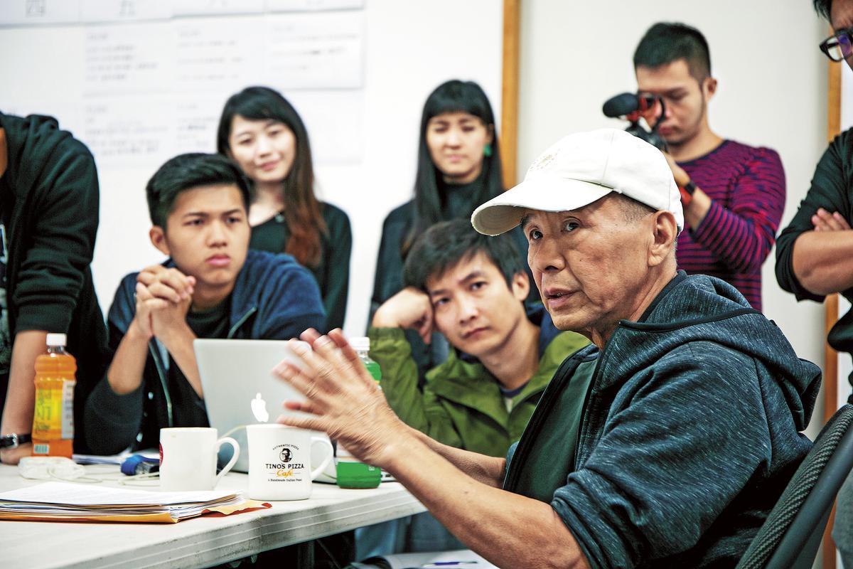 金馬電影學院由院長導演侯孝賢(右)親自帶領學員,共同討論。