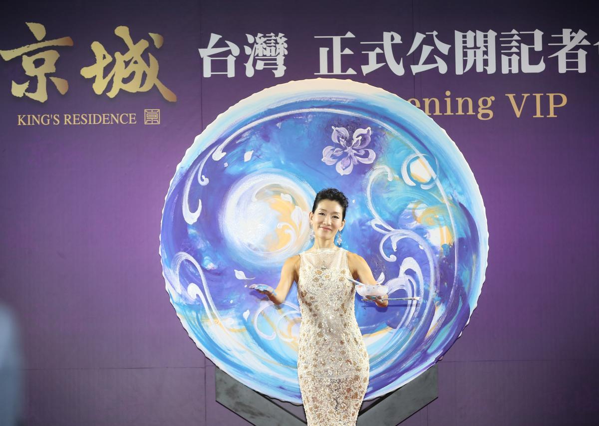 開案當天,蔡天贊花了近千萬行銷,邀請邊跳舞邊作畫的日本踴繪藝術家神田沙織等表演,封街辦藝術季。