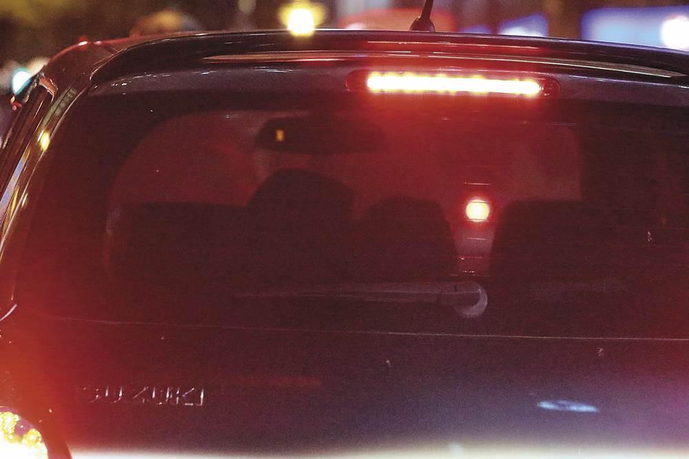 林予晞跟洋臉妹進了車後,又是一陣手來腳來,狀似親親。
