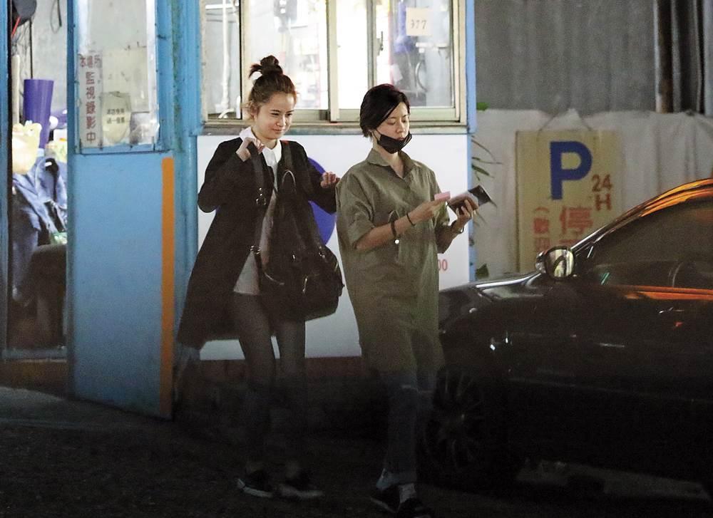 隨後,2人在車上再度弄來弄去,甚至在停等紅燈時,狀似擁抱又親吻,坐在副駕的「洋臉妹」偶爾也將頭靠著開車的林予晞,女女愛得難分難捨。9點時,車開到一處住宅大樓的車道口。 這時坐在副駕的「洋臉妹」Audrey下車跟管理員打過招呼,隨後回到車上,再由林予晞開車直接進入該大樓的地下停車場,直到深夜2點多,仍不見林予晞離開大樓。