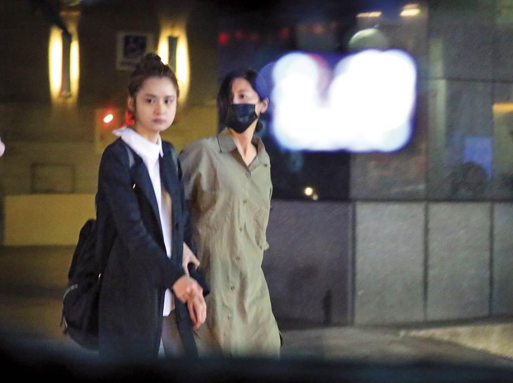 約會時,林予晞有用口罩稍微掩蓋自己身分,洋臉妹也積極用眼神到處掃射。