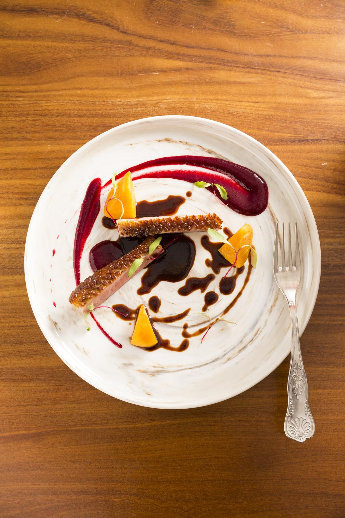 「櫻花鴨胸」搭配「小雪」,以黑櫻桃醬補上酒的莓果香氣。(780元/份)