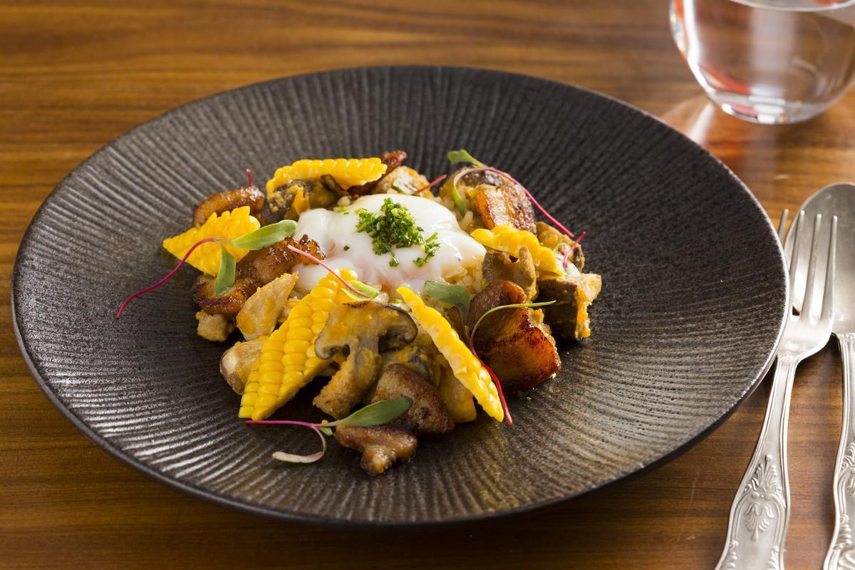 主菜「飯」的斯佩特小麥、水果玉米、野蕈香氣正適合搭著波本威士忌酒體的「立冬」喝,莓果泥為米飯解膩。(520元/份)
