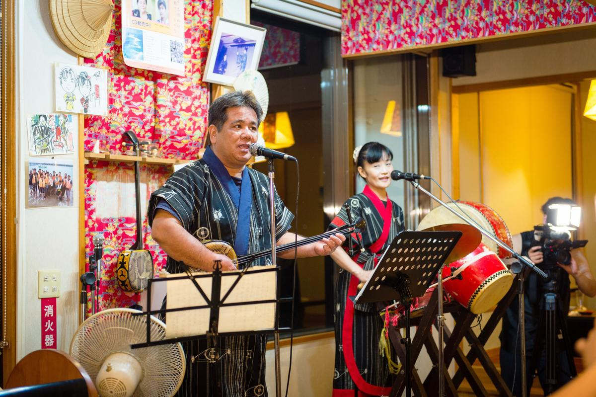 島風居酒屋的老闆與老闆娘,一家三代都是民謠樂手。
