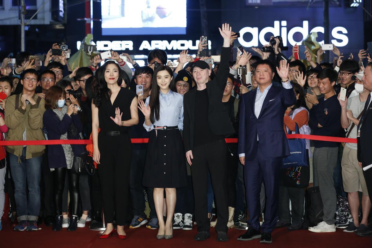 《我不是潘金蓮》女主角范冰冰與馮小剛和現場觀眾合影。