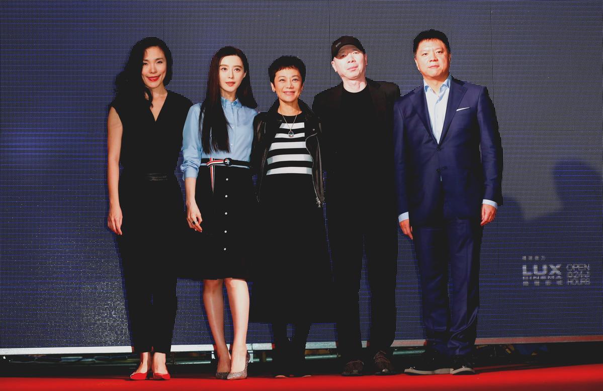 《我不是潘金蓮》配樂杜薇(左起)、女主角范冰冰、金馬主席張艾嘉和導演馮小剛合影。