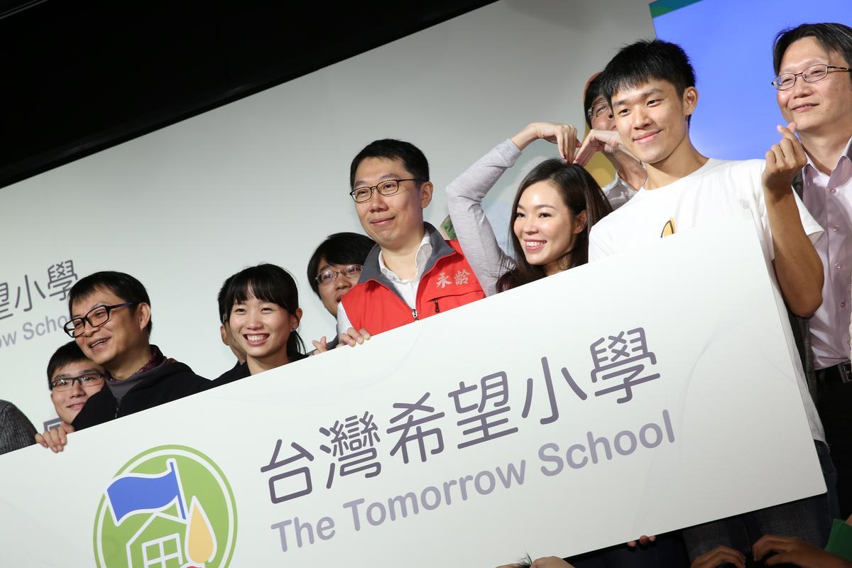 永齡希望小學更明台灣希望小學,郭台銘夫人曾馨瑩與長子郭守正一起現身。