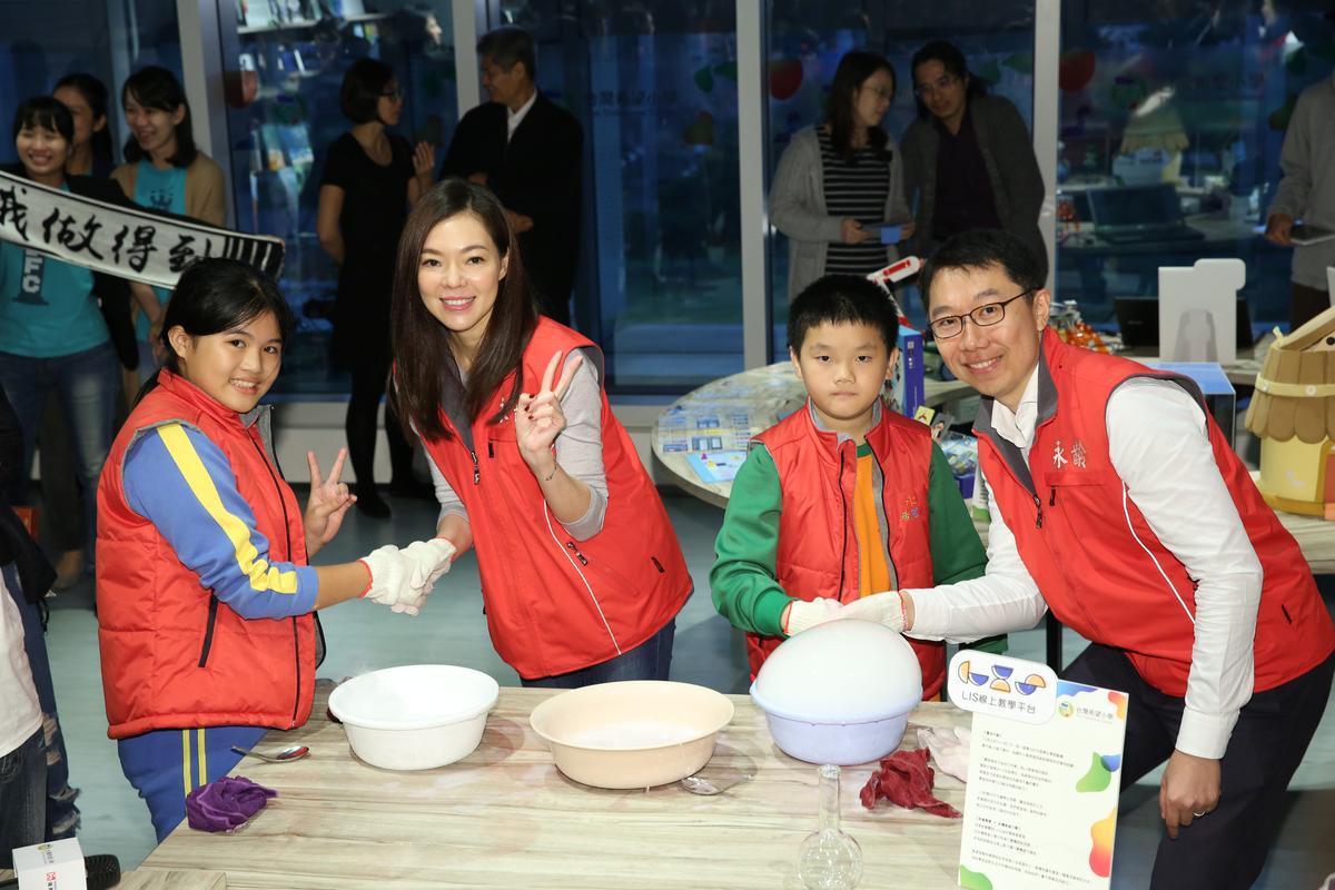 曾馨瑩與郭守正一起與小朋友們做科學實驗。