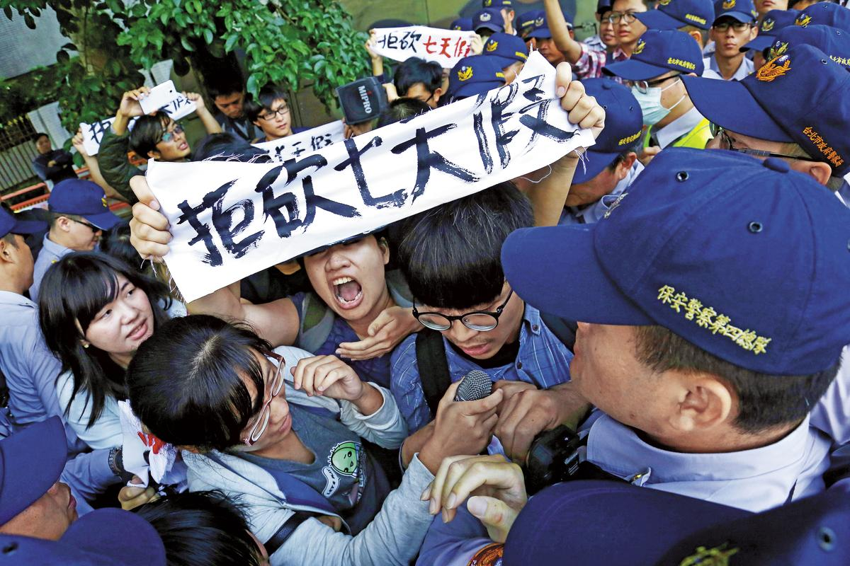 陳曼麗因在「1例1休」修法初審時提案停止討論,因此勞團到立法院抗議常點名她是「砍假立委」。