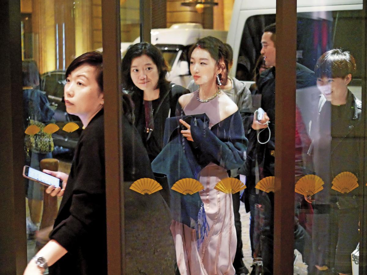 結束完金馬獎典禮之後,周冬雨(右)到慶功宴的現場時,還穿著一身正式的晚禮服。