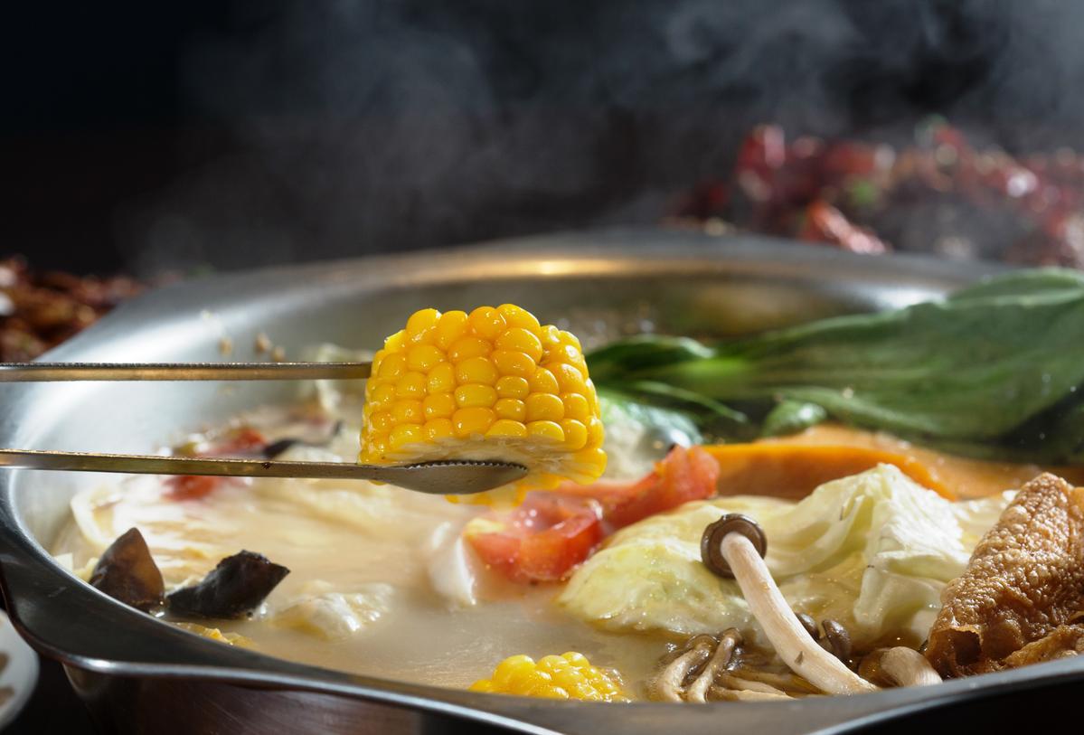用龍骨湯煮的蔬菜,多了豐潤的油潤感。(火鍋菜盤300元/份)