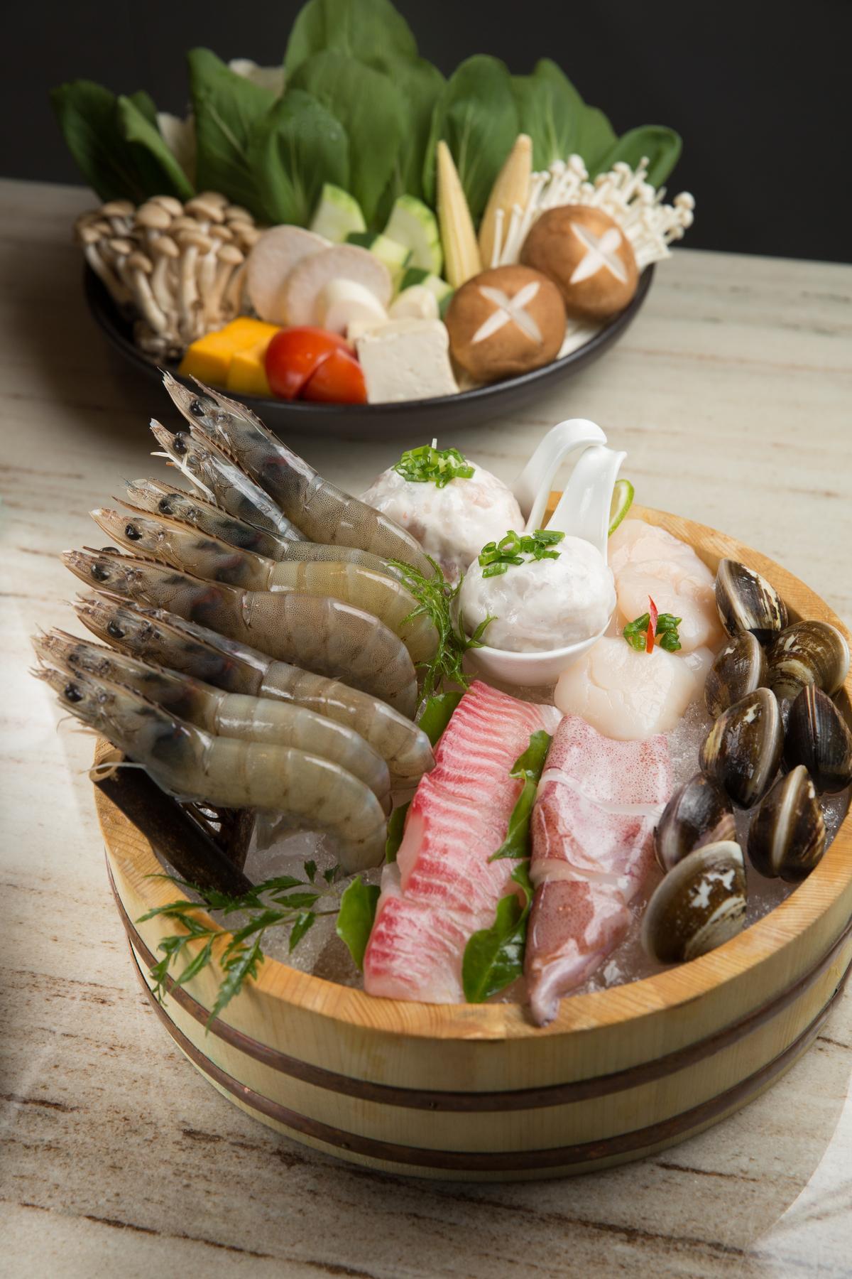 海鮮盤裡有精選白蝦、澎湖小卷、蛤蠣與花枝滑、鮮蝦滑,澎湃豐富。(海陸雙人套餐3,280元,附海鮮盤和綜合蔬菜盤)