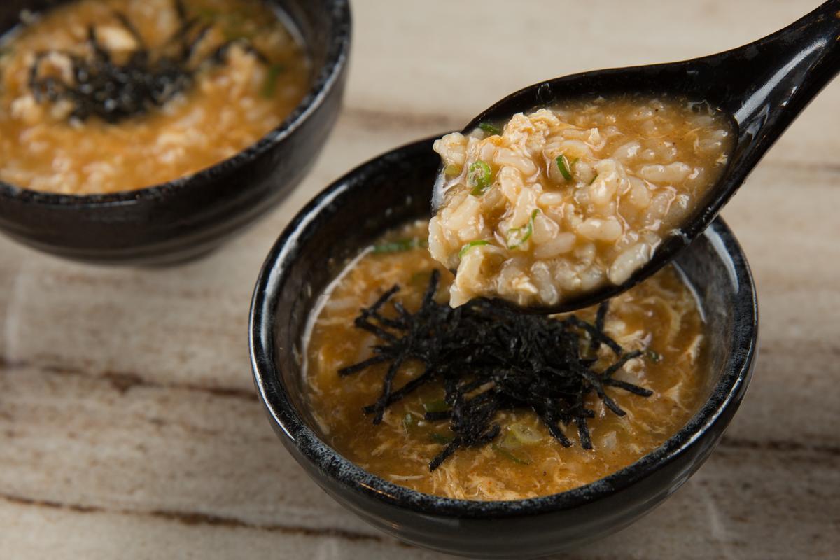 「麻辣粥」以越光米飯和麻辣湯底熬煮。