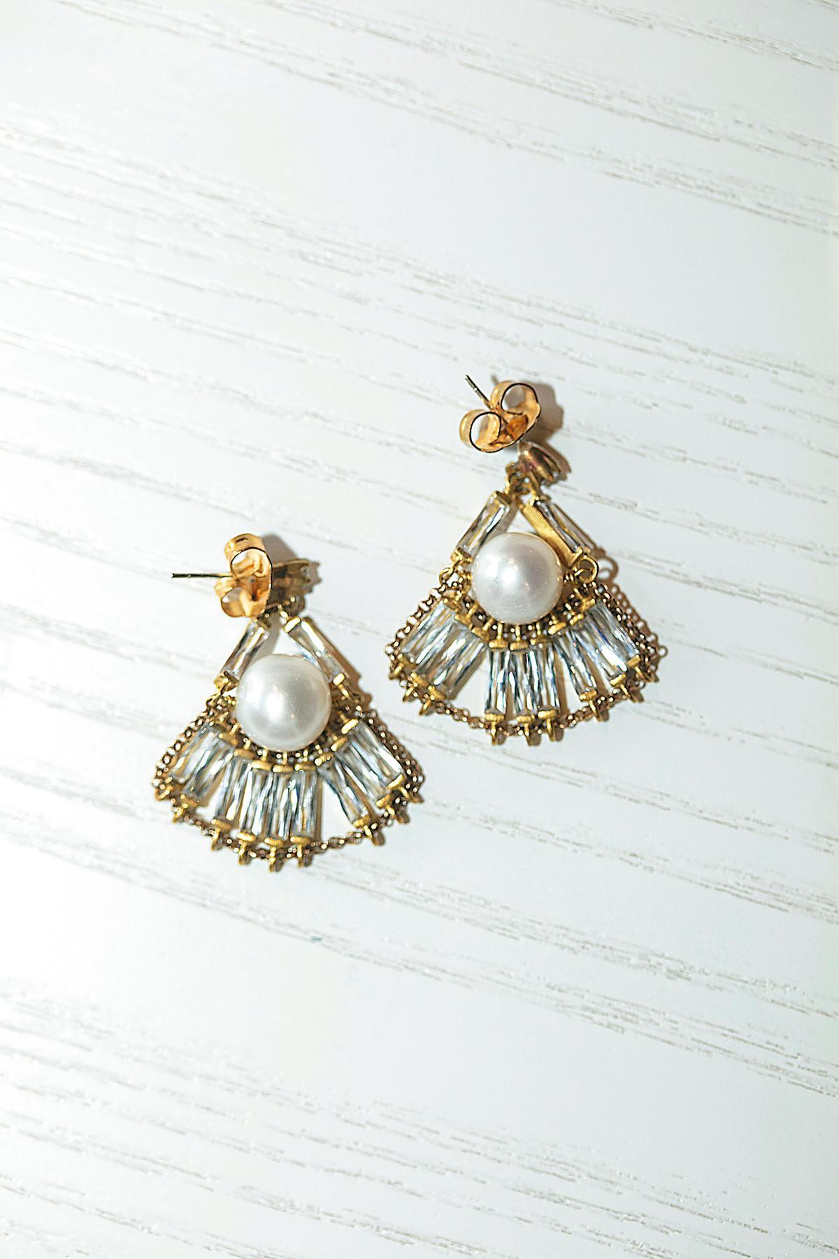 耳環,momo's march珍珠與長方鑽手工傘形耳環。NT$4,980